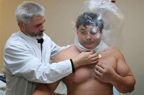 Силачу одели на голову мешок и заставили дышать через дырки в коже