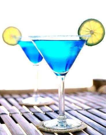 "Коктейль  ""Голубая лагуна "". водка - 2/4 сок лайма - 1/4 ликер Голубое..."