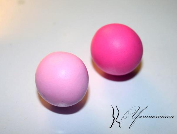 Берем два любых цвета, у меня - это флюрный розовый и тот же розовый, смешанный с белым покрывным в пропорции примерно 20/80. (так проще всего сделать разные оттенки одного цвета