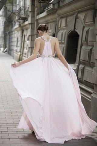 Халтер-вечерное платье розового цвета с приукрашёнными бусами на талии.
