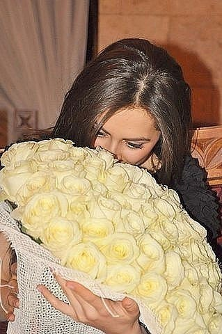 Девушка с цветами в руках фото