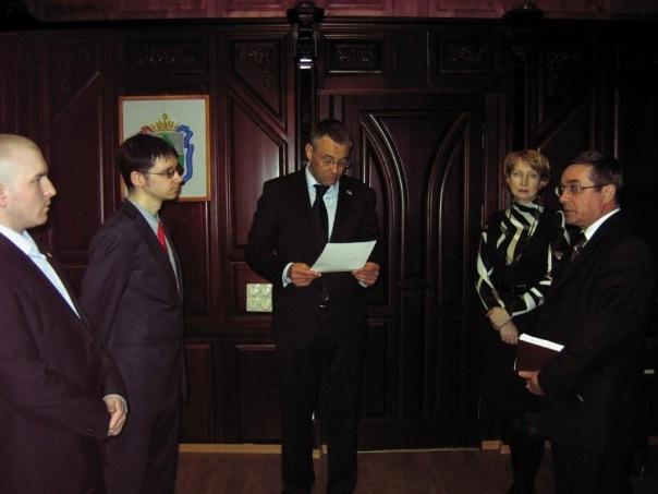 Вручение членами СКМ петиции