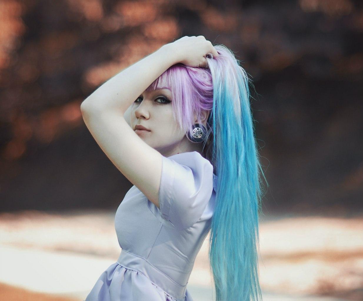 Телка с синими волосами