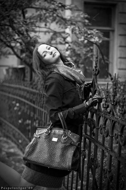 В моей сумочке можно найти лишь духи с запахом радости, блеск цвета...