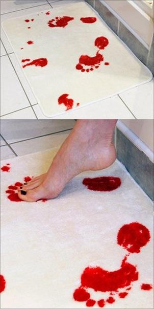 Коврик в ванну, следы крови