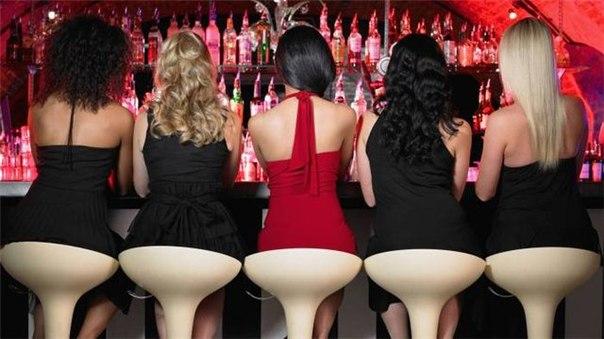 Описание: девушек в вечерних платьях за барной.