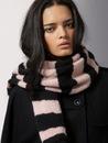 Вязаный модный шарф на спицах