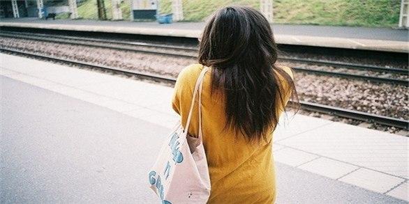 Комментарий: на аву для девушек брюнетки со спины.
