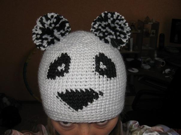 Теплая вязаная шапка-панда ручной работы.