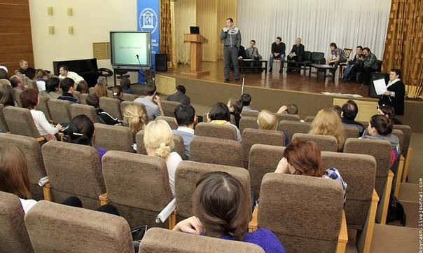 На сцене блогеры, в зале студенты