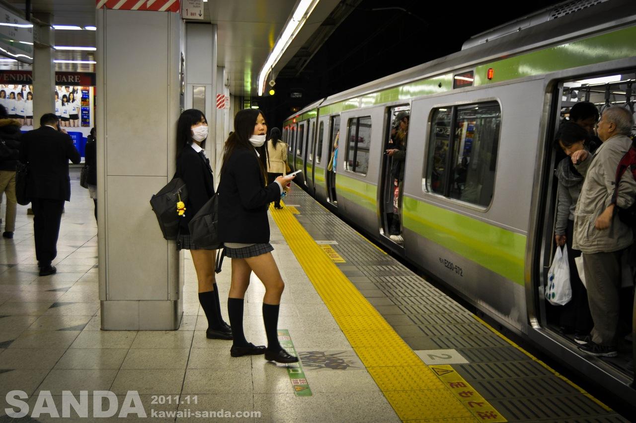 Посмотрел под юбку в метро 3 фотография