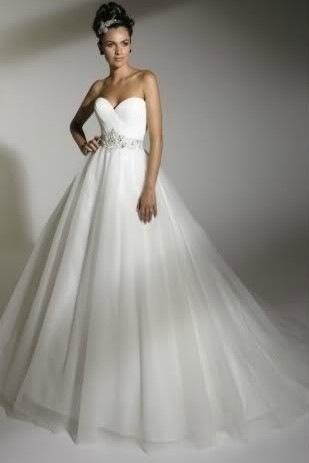 Свадебное платье а силуэт из кружева шлейф