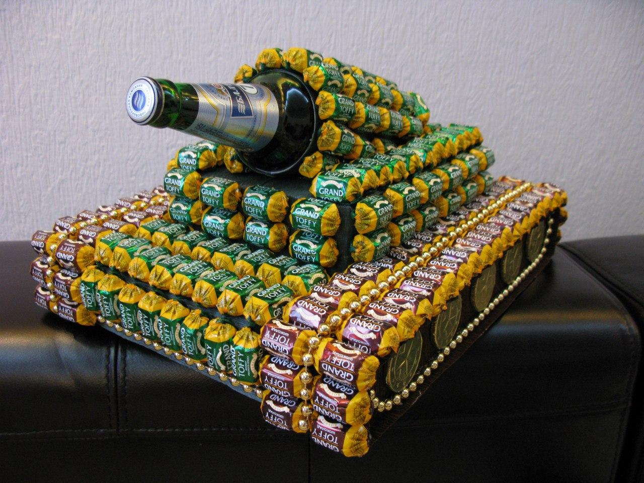 Видео: танк везет на стволе кружку пива, не проливая ни