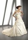 Красивое длинное свадебное платье белого цвета.