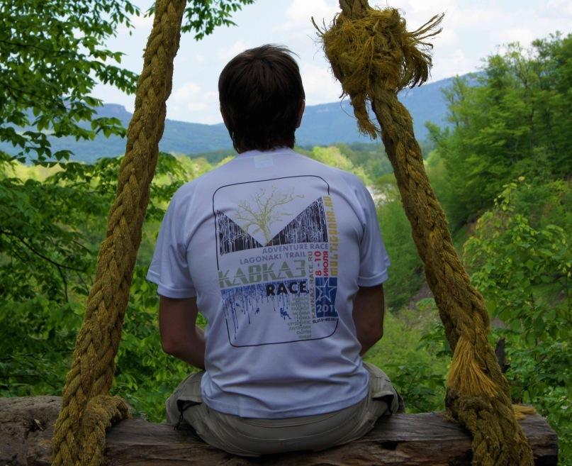 Фирменная футболка с символикой гонки.