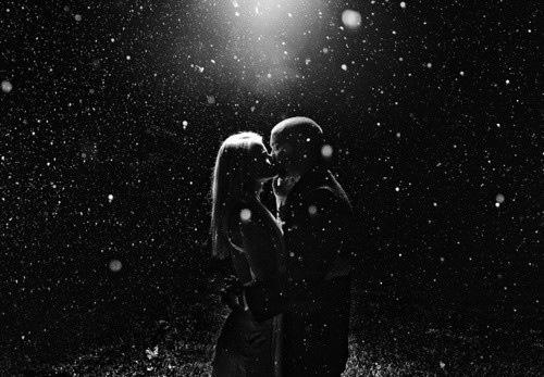 Фото девушка с парнем целуются в воде