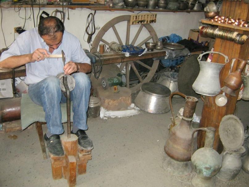Ремесленник в старинном селе Лахич (Азербайджан)