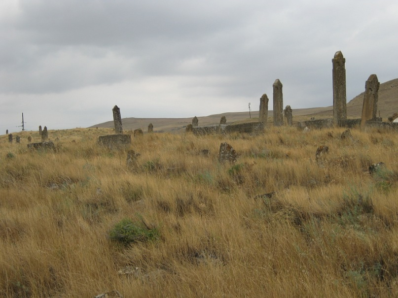 Старинное кладбище с интересными надгробными камнями