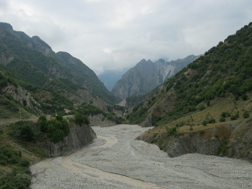 спуск вдоль ущелья из села Лахич