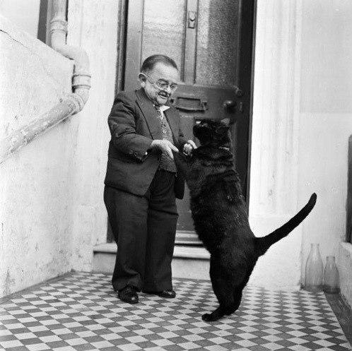 Найменша людина у світі і її кіт