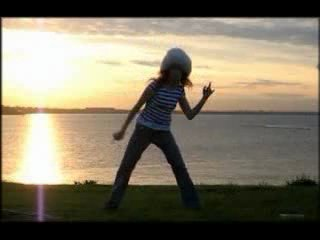 Девчёнка прикольно танцует