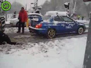 Subaru вытаскивает увязшую в снегу фуру