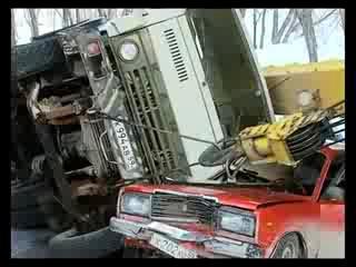 Авто кран упал под мостом на молодежке