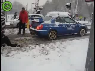 WRX STI вытаскивает увязшую в снегу фуру