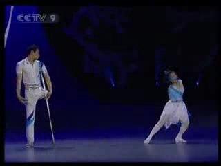 Я живу....танец исполняют парень с девушкой, у нее нет руки, у него ноги..но танцуют =))