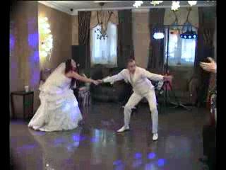 Такие веселые молодожены Еще один классный танец