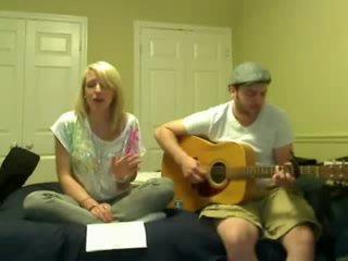Девушка классно поет под гитару песню Леди Гага