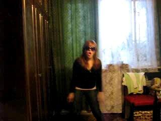 прикольная девченка танцует