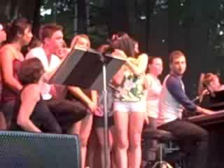Джесси поет песню