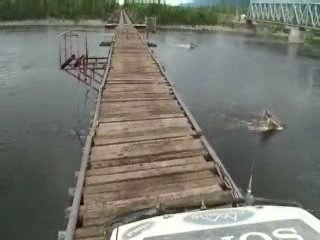 Проезд по автомобильному мосту через реку Витим