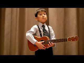 Мальчик исполняет песню Ob-la-di, Ob-la-da (ukulele)