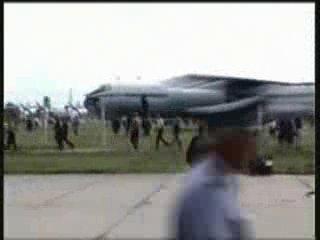 Падение Су-27 на людей! Жесть!!!! Всех разорвало!!! и детей и взрослых!!!!
