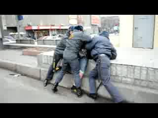 Задержание мужчины,грозившего самоубийством во время митинга на Триумфальной площади в Москве