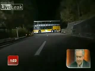 разворот автобуса на узком мосту на время)