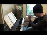 Играет на флейте, пианино, и делает бит-бокс одновременно)))