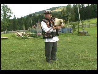 Тафійчук грає на дуді