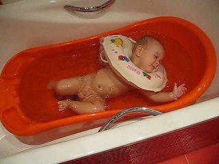 Купание в круге в маленькой ванночке!!!