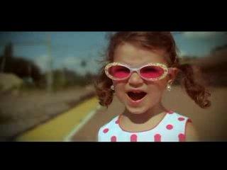Клеопатра Стротан. Девочка занесена в книгу рекордов Гиннесса. В клипе ей 3 года.