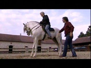 Марио Люраши обучает падению с лошадью на галопе