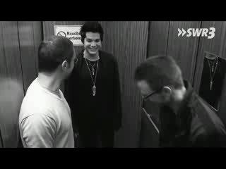Адам поет в лифте :)