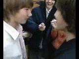 Парни целуются на спор.