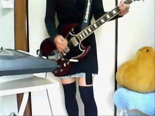 trahaetsya-igraet-na-gitare