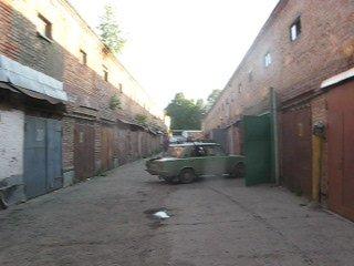 Чудила на копейке выехал из гаража не открыв двери. Случай в Академгородке,Новосибирск.