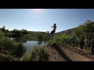 Huge_bike_jump_into_a_pond_35_feet_in_the_air прыжки на велосипеде с трамплина в воду