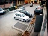 А ещё говорят девушки парковаться не умеют!