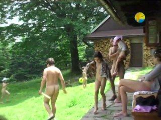 семья нудистов приехала на отдых Публичное обнажение